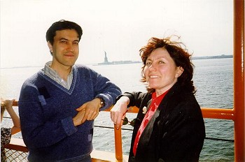 Sabirjan Badretdinov and Riva Rudisser (Sedelkina) are against the background of the Liberty statue. 1996.